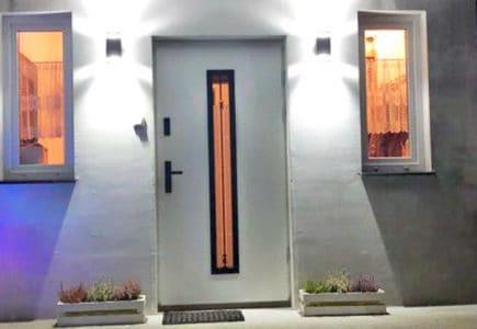 Drzwi wejściowe Polstar – białe z czarnymi okuciami