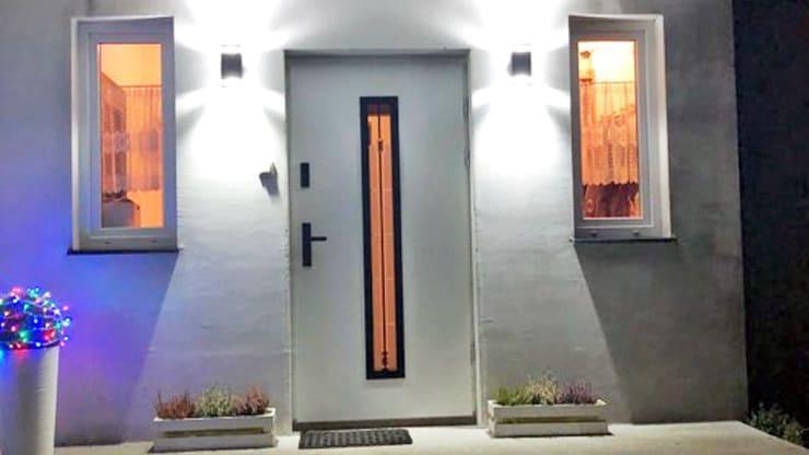 nowoczesne drzwi wejściowe firmy Polstar, w pięknym białym kolorze z czarnymi okuciami